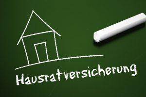 Tafel mit Haus und Hausratversicherung